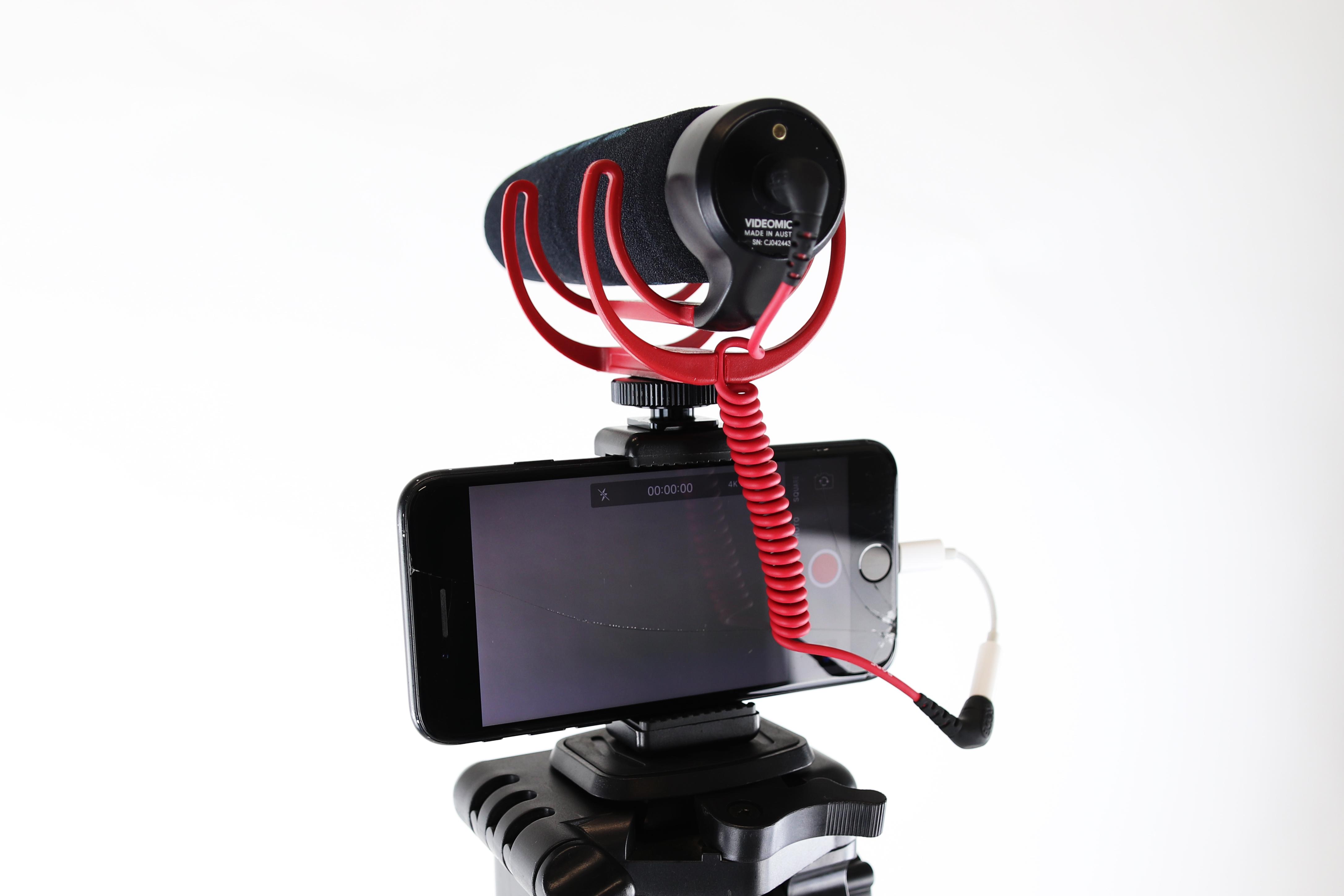 Zdjęcie przedstawia telefon z mikrofonem kierunkowym