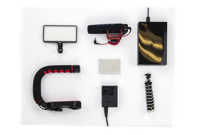 Zdjęcie przedstawia 10 akcesoriów do filmowania, które musisz mieć